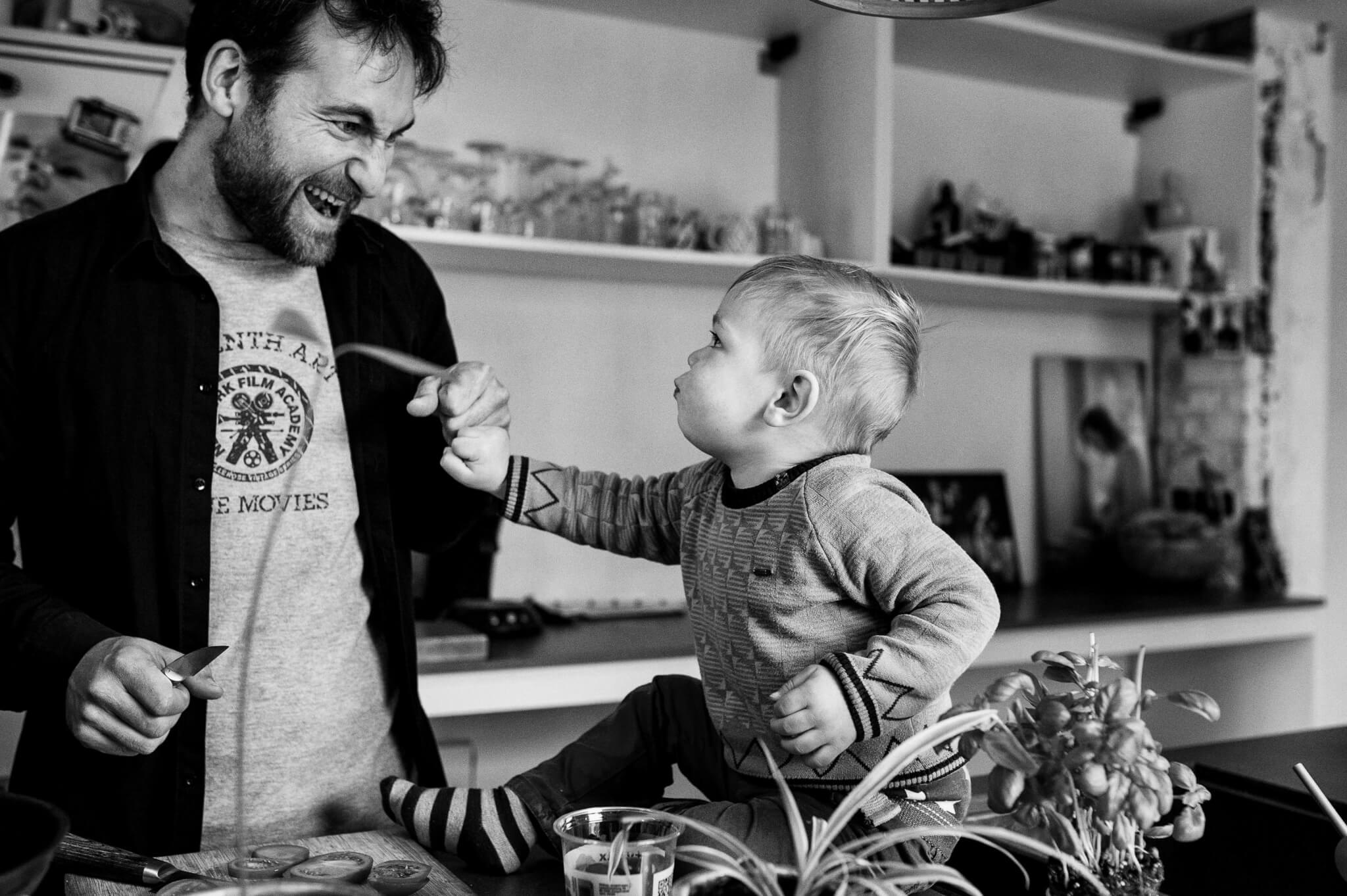 foto papa en zoon onderonsje vuistje. fotoreportage day in the life