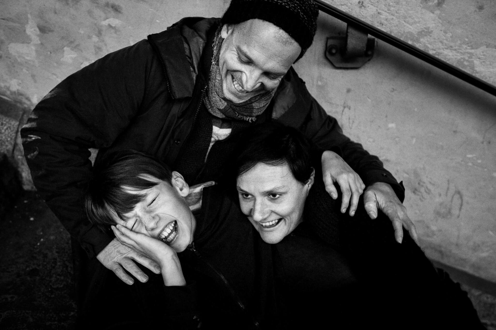 foto mama papa en zoon knuffel lachen. familieportret, portretfotografie. gezinsfoto