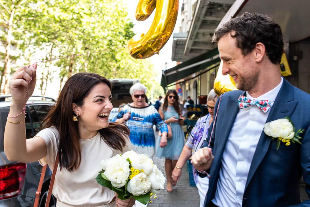 huwelijk Brussel, ballonnen, lachen, koppel, bruid en bruidegom, huwelijksfotografie