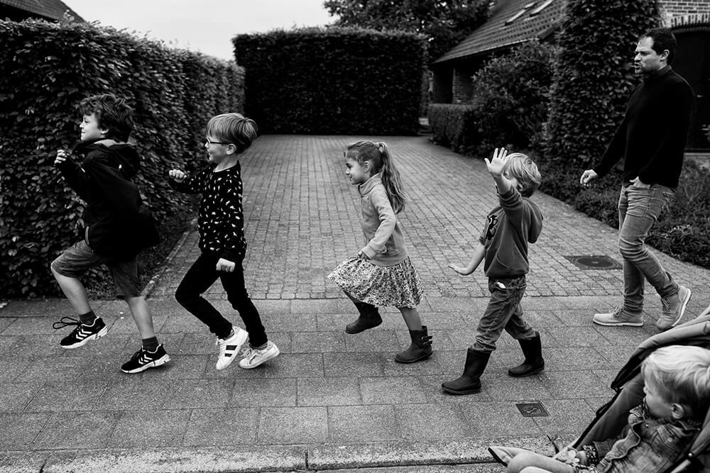 foto spelende kinderen, familiereportage tijdens wandeling in Aalter
