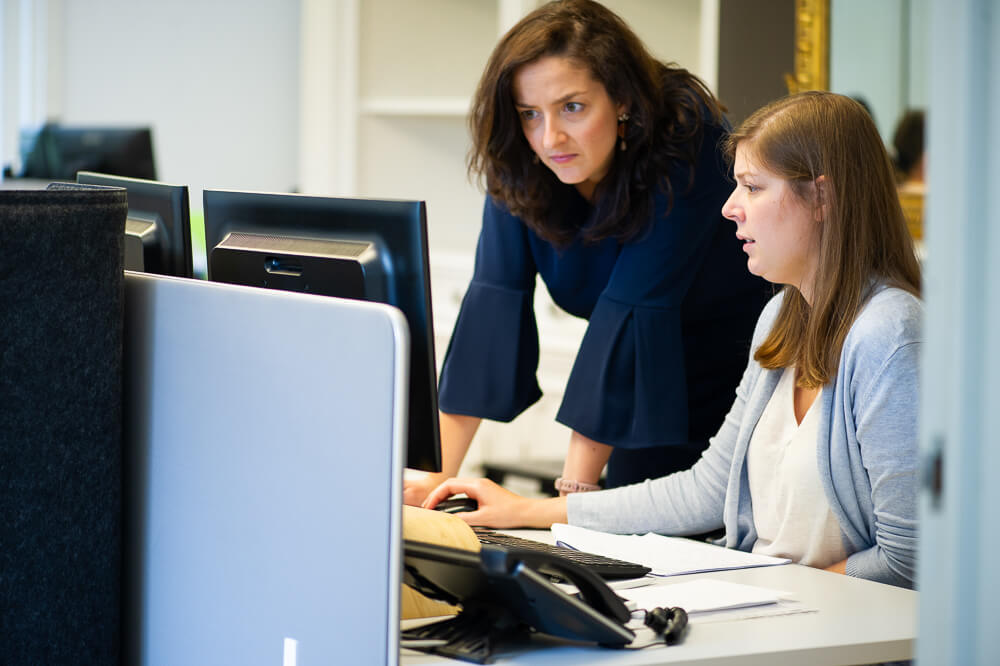 foto 2 mensen aan computer . bedrijfsfotografie voor website
