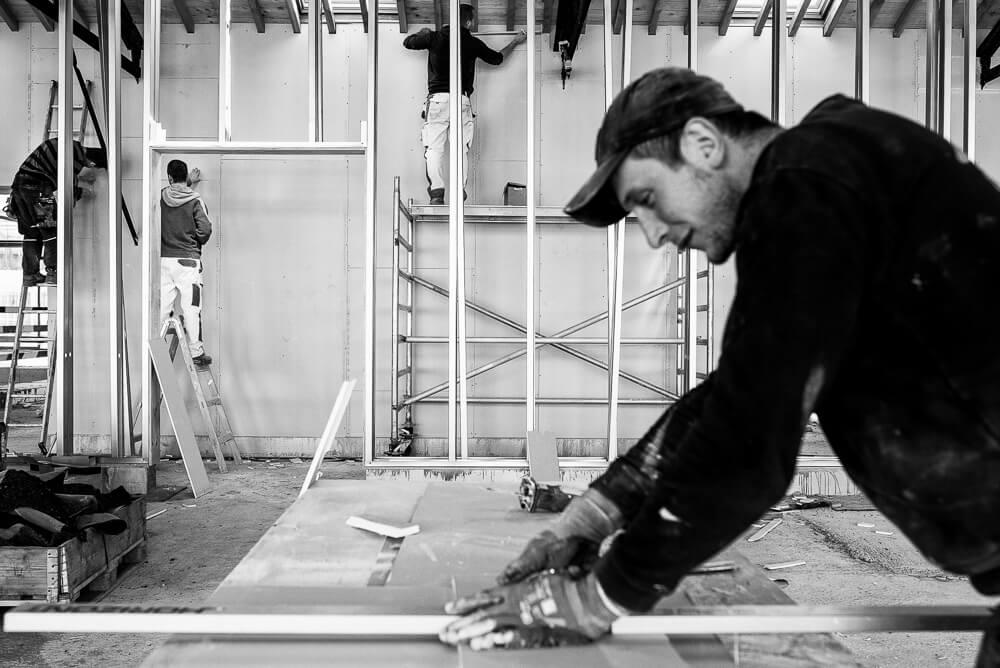 zwartwit foto vaklui aan het werk, giproc plaatsen. bedrijfsfotografie reportage loods23