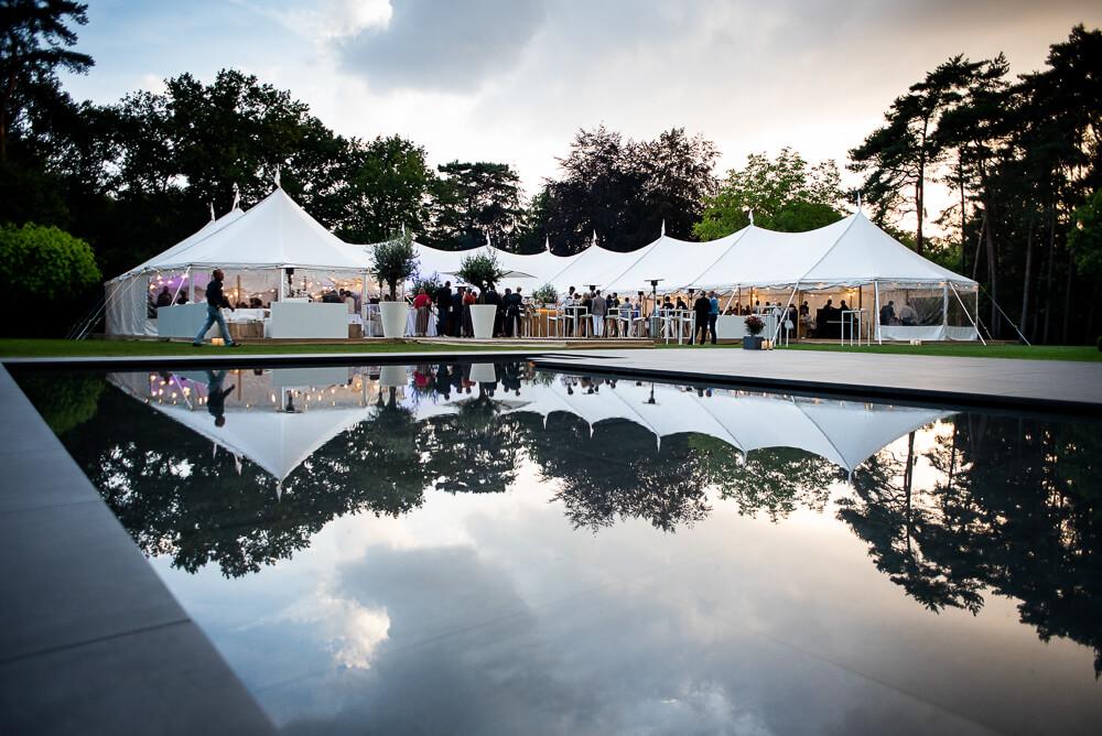foto grote tent in tuin met zwembad avondlicht. eventfotografie