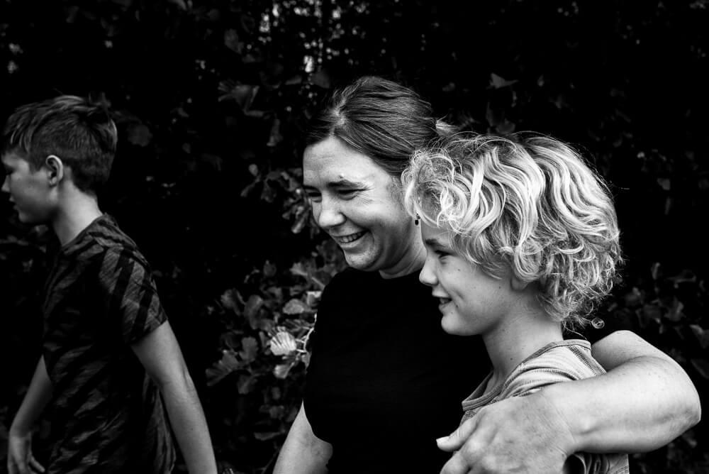 mama en zoon, knuffel, fotograaf